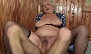 Geile und behaarte reife Dame hat Sex mit einem jungen Mann